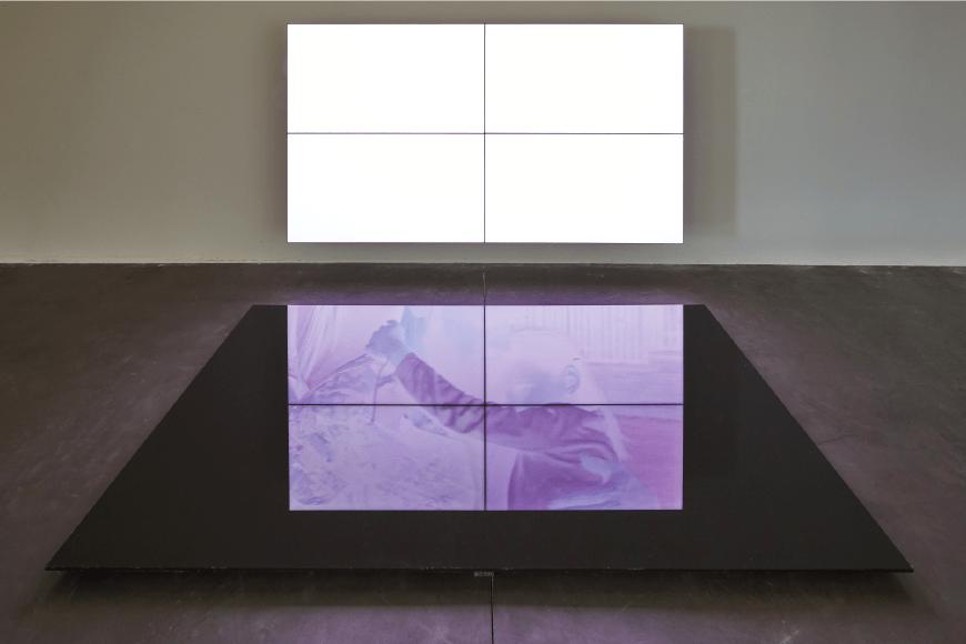 Emmanuel Van der Auwera, Videosculpture XIV (Shudder) Vue de l'exposition SIGNAL_Espace(s) Réciproque(s)  Friche la Belle de Mai, Marseille. Photo Jean-Christophe Lett