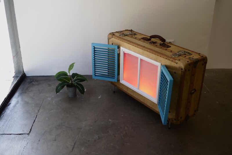 Florian Viel Sunset (version de voyage), 2020 Valise, verre, bois, pvc, alu, led, gélatines, fausse plante 128 x 85 x 25 cm