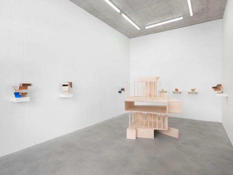 Mengzhi Zheng, Milieu, 2020, Lime wood, 177 x 143 x 130 cm © Julien Gremaud