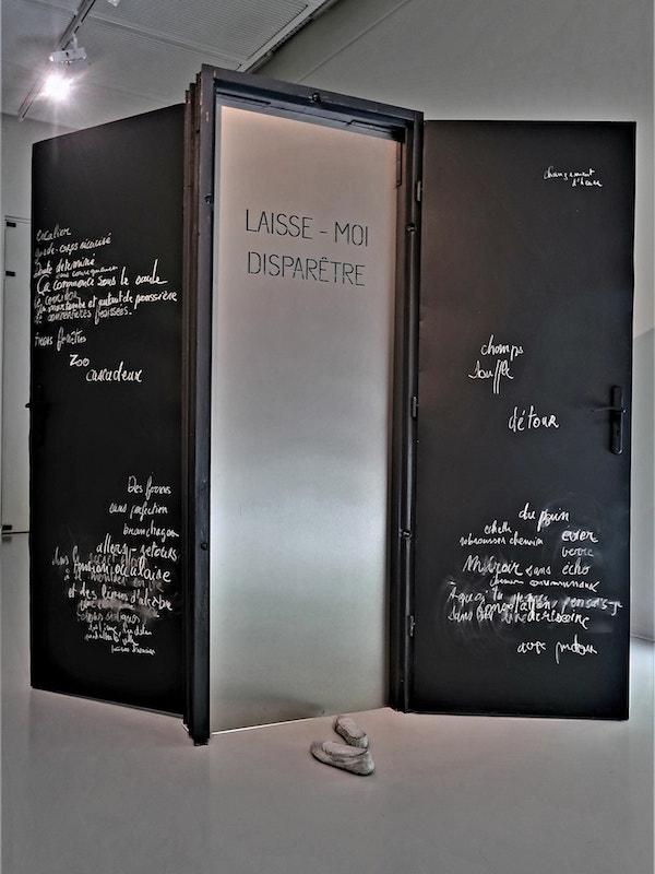 « Laisse-moi disparêtre »- 2020 - Valérie Champigny - Installation triptyque -portes blindées, néon , craie - 3 x 2m - Centre d'arts du Bois Fleuri à Lormont (33).