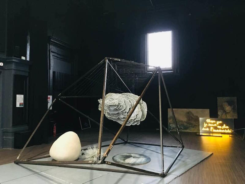 « Nuage-présage »- 2019 - Valérie Champigny - Installation polyèdre et nuage en suspension - 3 x  4 x 4 m - Inauguration du Pôle de l'Écrit, de ll'Image et du Numérique - Polyèdre de Bazas (33).