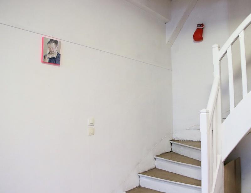 Dynamique du Contre Giancarlo Pirelli, Sans Titre (Florent), huile et acrylique sur toile, 24x19cm, 2020 et Anne Bravy, Le langage des cygnes, gant de boxe utilisé pour la performance, 40 min environ, 2020