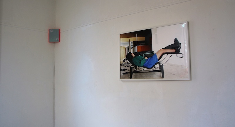 Dynamique du Contre Giancarlo Pirello, Sans titre (Herma), huile et acrylique sur toile, 24 x 19 cm, 2020 et Mélanie Feuvrier, LC4cast, Tirage lambda sur Papier Haute Réflexion-Fujiflex, 91 x 61 cm, 2019