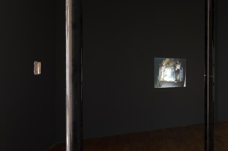 Vue de l'exposition Chroniques de l'invisible, Le Grand Café – centre d'art contemporain, 2020 Avec des œuvres d'Ismaïl Bahri: Revers I et Revers II, 2016-2020, Prélèvement II, 2020 (production Le Grand Café), 03 minutes et 44 secondes (Dissignac), 2020 (production Le Grand Café) Photographie Marc Domage