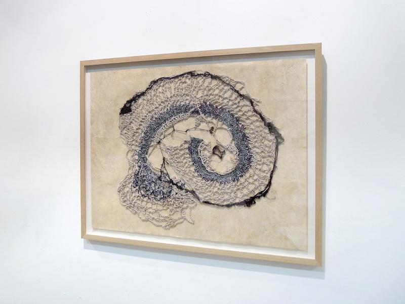 Antinea Jimena, Sédimentations, 2019. Tissage et sédiments sur papier amate, 50 x 65 cm