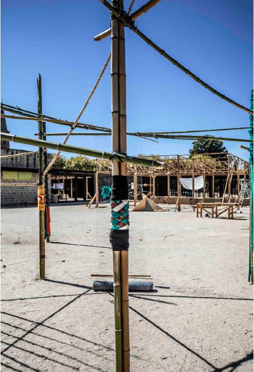 Installation «Une forêt tisée» en cours de montage dans la cour du centre d'art et de design La cuisine, ©Loran Chourrau.