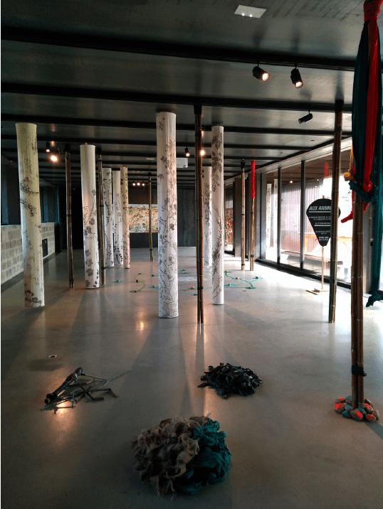 Vue de l'exposition Aux Arbres ! Installation collective avec Le Nouveau Ministère de l'Agriculture et le collectif Les trames dans la salle d'exposition de La cuisine.
