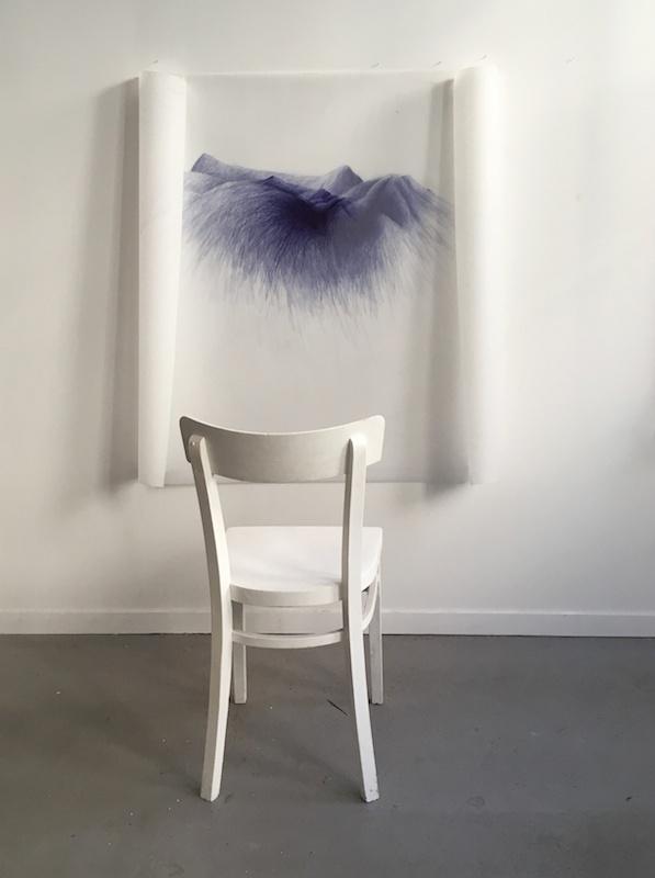 """Danièle Gibrat, """"horitzó: ici, hier"""" - stylo-bille sur calque polyester, chaise, 2016"""