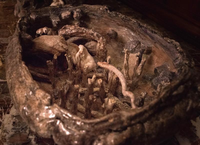 Laurie Karp, Forêt festin 2 (soupière), (détail), faïence et porcelaine émaillée, 15 x 35 x 30 cm. Commencée en résidence au Musée de la Céramique, Desvres. photo: S Sagart