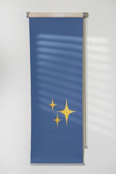 Nicolas Degrange, Knick-Knack (Store I) Peintures acryliques sur toile coton, store d'intérieur détourné. dimensions maximales 40 x 160 cm. 2020. crédit photo : Ayka lux