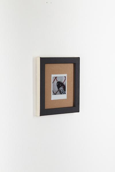 La peinture éternelle {#2} photographie instantanée contre-collée sur carton épais, cadre aluminium entoilé, peinture acrylique, 19.2 x 20 cm - 2020. crédit photo : Ayka Lux