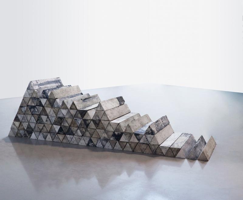 Lucie Douriaud,,rn 437, km 154 2017 plâtre et huile de moteur installation dimensions variables (9 x 9 x 44 cm par fragment)