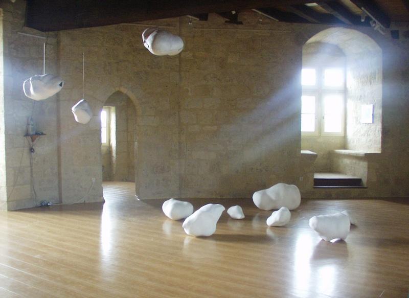Filomena Borecka, « Méristèmes - empreintes sonores »  - les sculptures posées par terre sont réalisées en plâtre et  les empreintes sonores en suspension en papier mâché