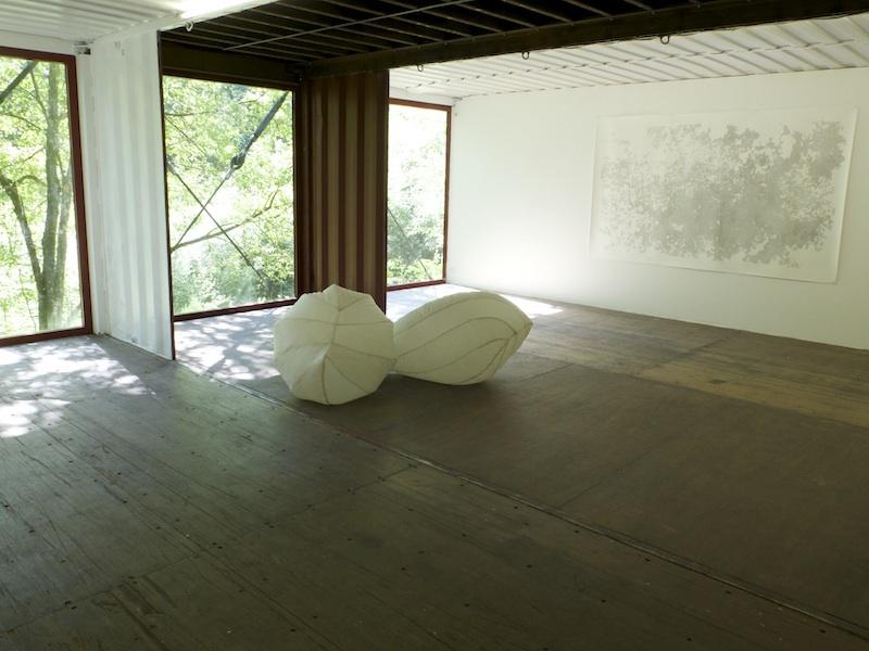 """Filomena Borecka, """"Les Souffles (vessies natatoires)""""  toile de SPI d'une ancienne montgolfière, ventilateurs, détecteur de présence  vues de l'exposition """"Y croître"""" au Centre d'Art Contemporain Luxembourg Belge, Belgique, 2019"""