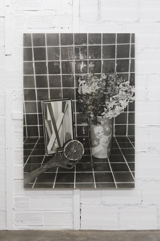 Hubert Marot, Jacinthes et faïence, 2020 Tirage argentique n&b sur lin 115 x 160 cm