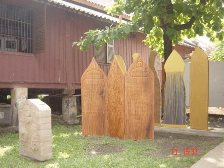 """Thanouvone thi-hack Baldine  """" Paravent"""", Avril 2006 Workshop Beaux-Arts, Vientiane-Laos.  Ensemble de briques: 100x 60x 20 cm , poids: 140 kg Ensemble de 3 éléments en bois: 180x 60x 5 cm chaque, poids: 50 kg chaque Ensemble de 5 éléments en acier: 210x 60 x 6 cm chaque, poids: 70 kg chaque  ( Dépôt à la Faculté Nationale des Beaux-Arts à Vientiane, LAOS )"""