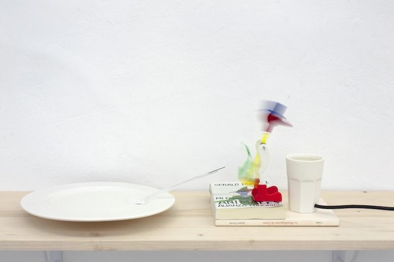 Marcos Uriondo, Je ne suis pas dans mon assiette, 2020. Installation, verre et assiette en porcelaine et drinking lucky bird. Dimensions variables.