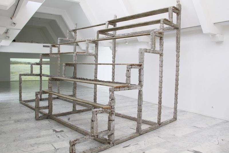 Boris Chouvellon, Sans titre - 2011 - béton armé, planches de coffrage - 400 x 400 x 600 cm (Musée d'Art Contemporain de Marseille, 2011)