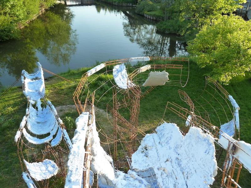 Boris Chouvellon, Last splash - 2012 - béton armé, métal - 30 x 1 x 7m (Maison de la Culture d'Amiens, Hortillonages Art, ville et paysage, 2012)