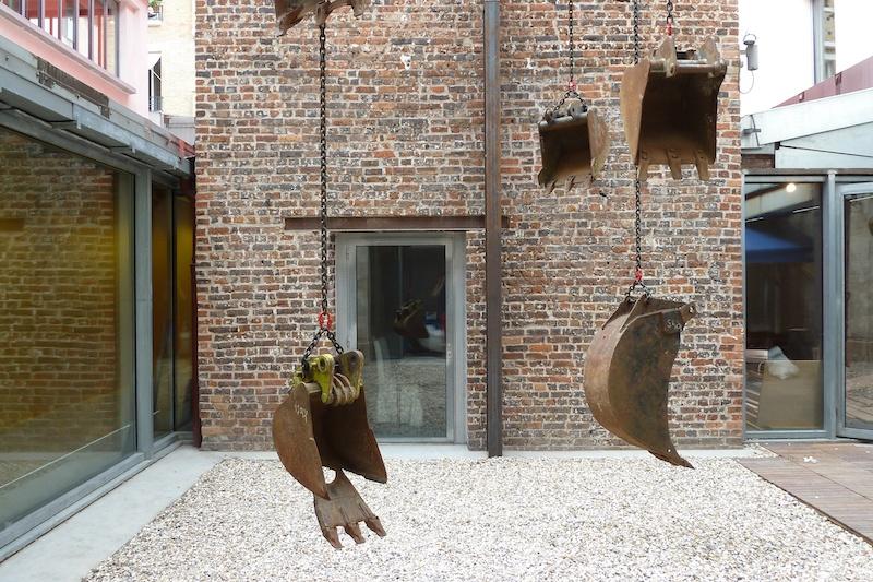 Boris Chouvellon, Modern expres – 2016 - Béton armé, métal, chaînes, godets de pelleteuses - (840 cm x 400 cm x 400 cm) - Patio de la maison rouge, Paris