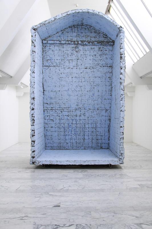 Boris Chouvellon, Détournements de fonds - 2011 - béton armé, structure métallique, crépi coloré, peinture - 500 x 350 x 400 cm (Musée d'Art Contemporain de Marseille, 2011)