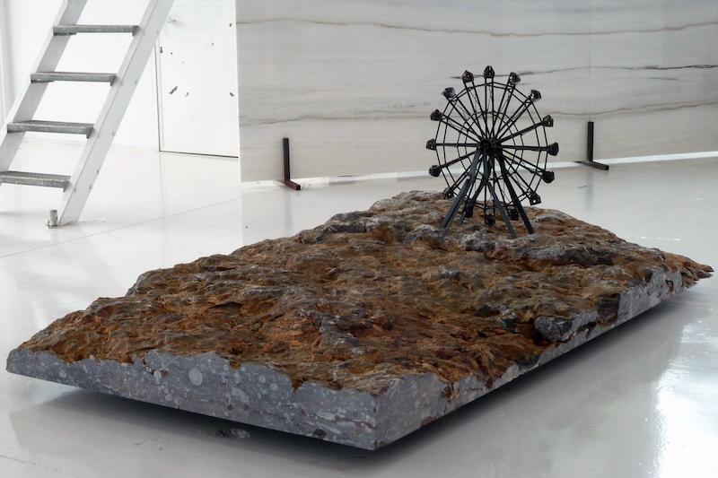 Boris Chouvellon, « Sans titre » - 2013 - Marbres et métal. (150 x 250 x 80 cm) (Loft Miramarmi, Vicenza, Italie)