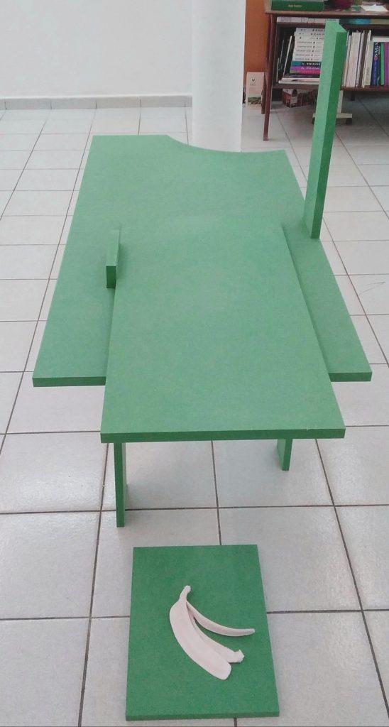 Alexandra Sá, Support (virgule), 2021, mdf vert menthe, H113x L120xl55 cm et Banana, mixed media, 2021, 23x15x2,5cm