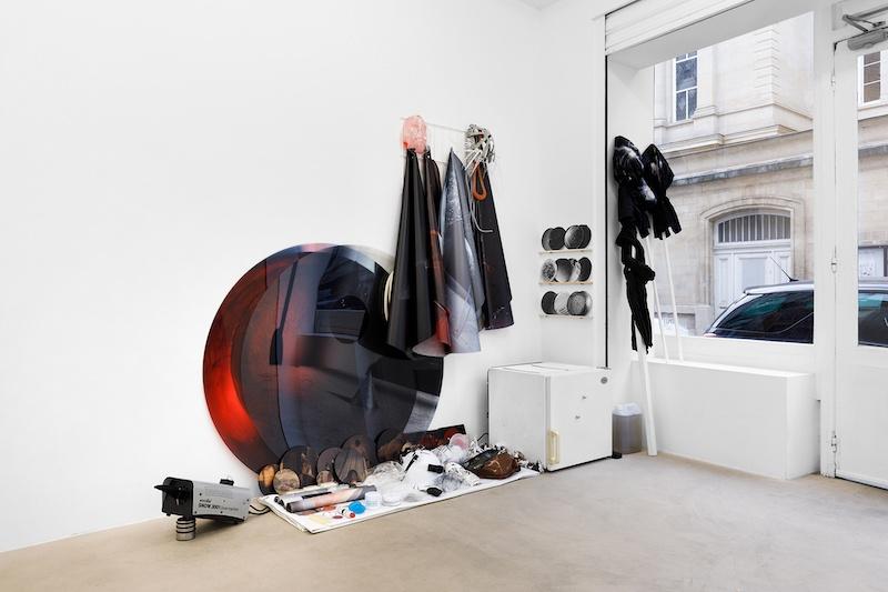 Vue d'exposition, Pétrel l Roumagnac (duo) « de l'Ekumen, pièce photoscénique n°3, acte 1 » Galerie Valeria Cetraro, 2021 / photo Salim Santa Lucia