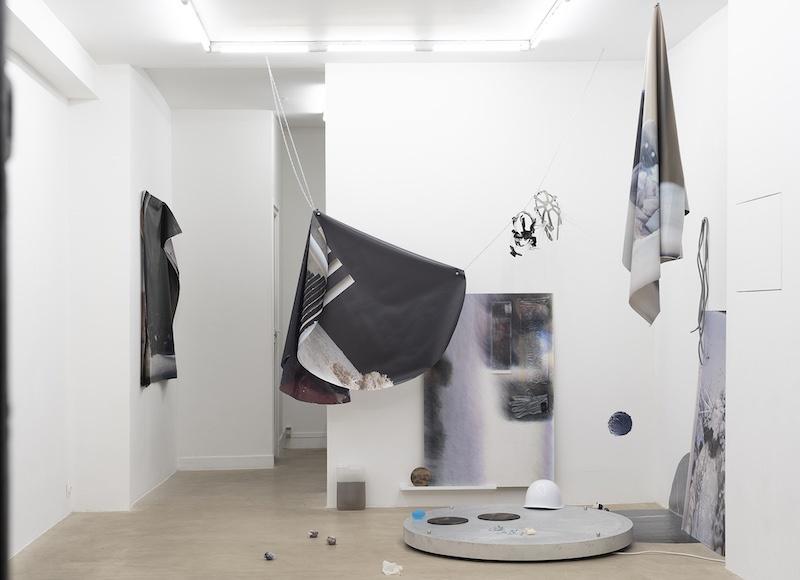 Vue d'exposition, Pétrel l Roumagnac (duo) « de l'Ekumen, pièce photoscénique n°3, acte 3 » Galerie Valeria Cetraro, 2021 / photo Salim Santa Lucia