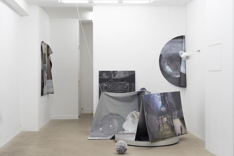 Vue d'exposition, Pétrel l Roumagnac (duo) « de l'Ekumen, pièce photoscénique n°3, acte 4 » Galerie Valeria Cetraro, 2021 / photo Salim Santa Lucia
