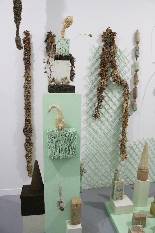 Ivana Adaime Makac, Jardin des revenants Sculpture-installation, projet en cours depuis 2017. Restes organiques et inorganiques issus de ma propre pratique, vernis, pigments luminescent.