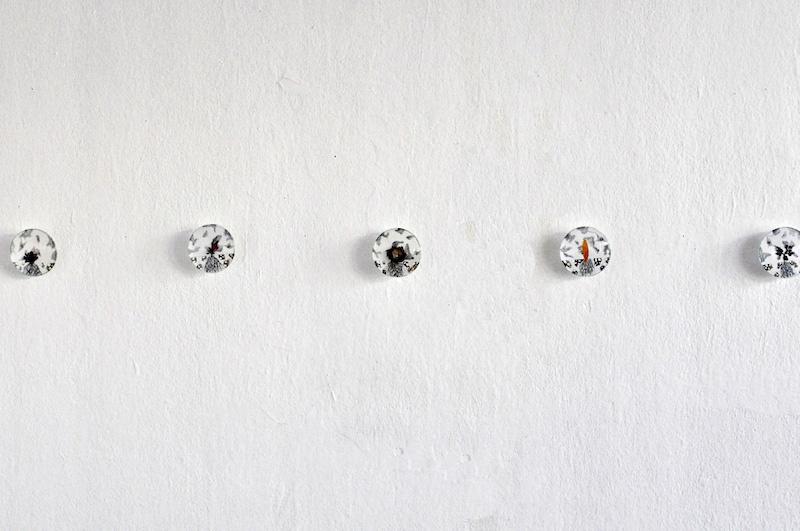 Nathalie Borowski, Satellites – Dessins sur papier /verre – Diamètre 8cm – Installation in situ