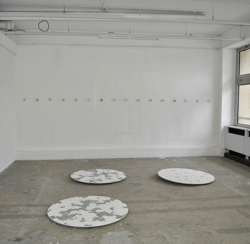 Nathalie Borowski, Sans titre - Peintures sur bois / verres – Diamètre 1m – Installation in situ