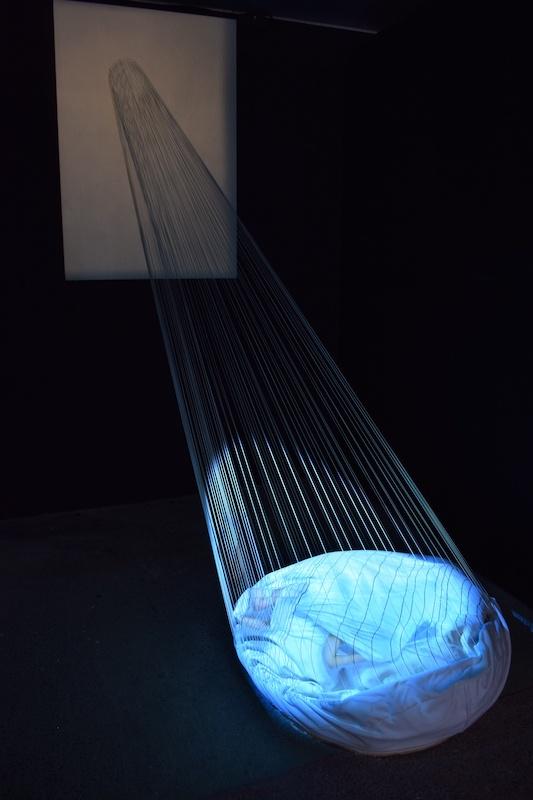 Sunmi Kim, Abri dans la tempête - refuge intérieur Installation vidéo, 2015, Poudre de marbre et pigments sur le toile et fils élastiques blancs, Dimensions variables Photo Gwen Le Bras