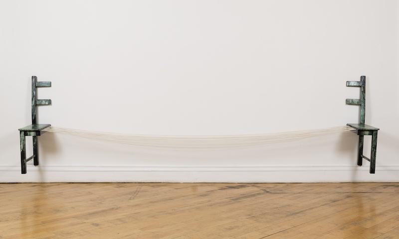 Sunmi Kim, La Fontaine - Installation, 2008, Techniques mixtes - poudre de marbre, encre de Chine, pigments et fils élastiques sur chaise en bois, 95x390x45 cm, D. variables Photo Gwen Le Bras