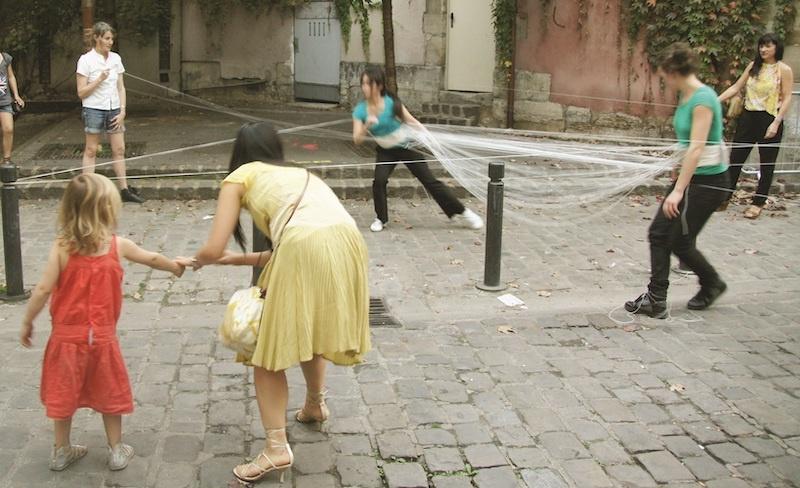 Sunmi Kim, Performance, 2011, En collaboration avec Sia Kim, Interprété par Marion Carriau et Sia Kim, Le Soixante AdaDa, Saint-Denis Photo Gwen Le Bras
