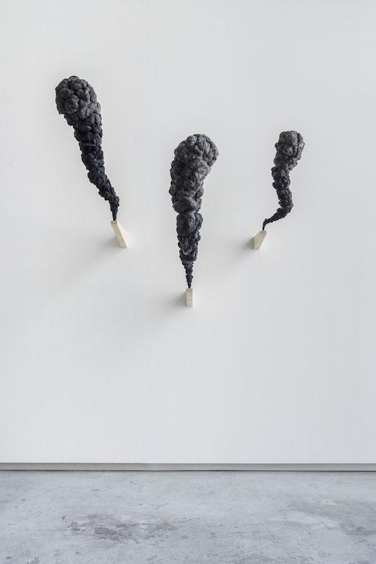 Olivier Garraud, Signaux noirs, dimensions variables, ouate cardée, tintée, structure acier, Olivier Garraud, ADAGP, 2020/2021 crédits photo : Germain Herriau