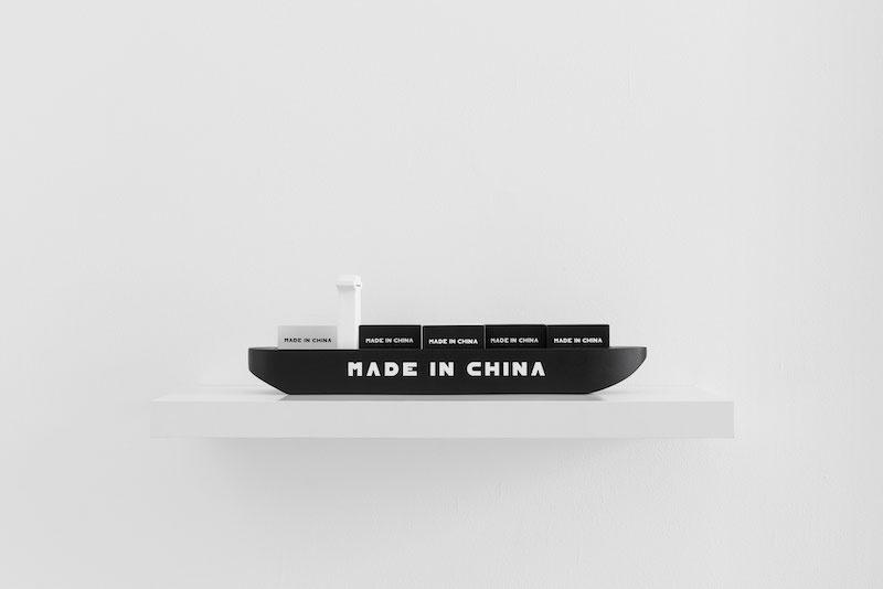 Olivier Garraud, Made in China, prototype pour multiple, production : le village, objet ready-made repeint à la main, bois, 40 x 13 x 12 cm, Olivier Garraud, ADAGP, 2021 crédits photo : Germain Herriau