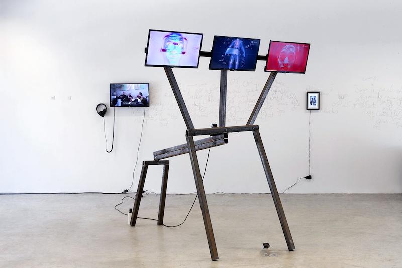 Manon Pretto, Humanoïde de Lerne, 2020 Avec Elise Arnaud Installation, écrans multiples, structure acier, 200x300cm.