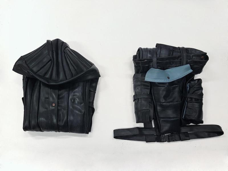 Manon Pretto, Veste Nomadic 5020, 2017 Sculpture, veste modulable en chambre à air de vélo, sac à dos et sac de couchage, dimensions variables