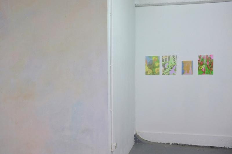 à gauche: Margaux Janisset (2021) / à droite: Louise Aleksiejew - Vue exposition Fleur bleue - Atelier W Pantin - Photo Arthur Molines