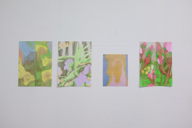 Louise Aleksiejew, Fleurs coupées (2019) et Sac rose, sac jaune (2020) - Vue exposition Fleur bleue - Atelier W Pantin - Photo Arthur Molines