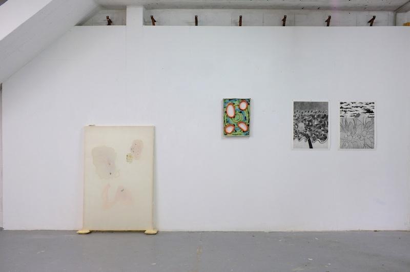 De gauche à droite: Lucie Férézou, Maladie d'amour (2020) / Antoine Medes, Sans titre (2020) / Louise Aleksiejew, Baigneuse et Randonneuse (2020) - Vue exposition Fleur bleue - Atelier W Pantin - Photo Arthur Molines