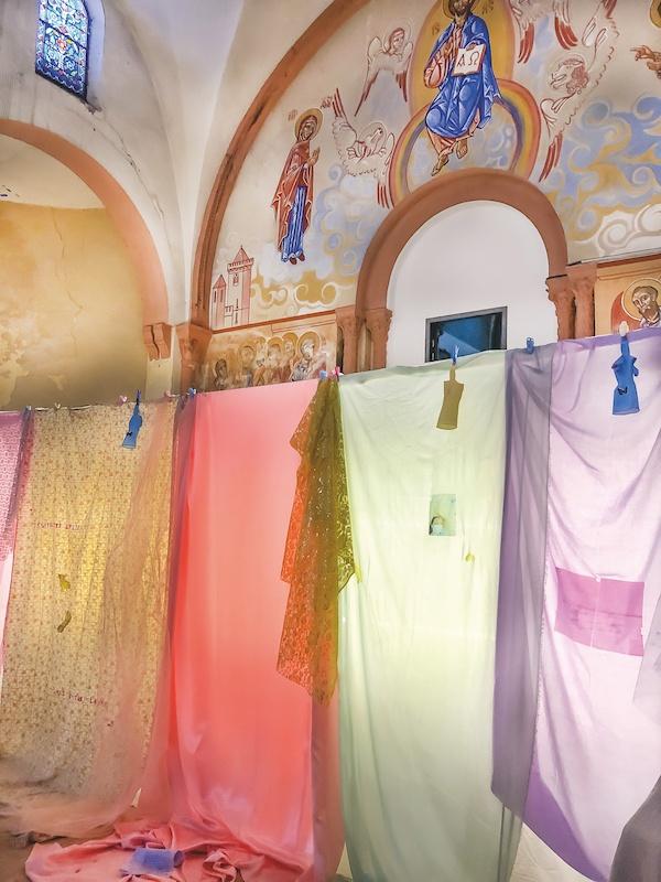 Mégane Brauer, Déjà Vierge. vue d'installation Église de Tour Sainte, Marseille, 2020. Photo Clara Sfadj