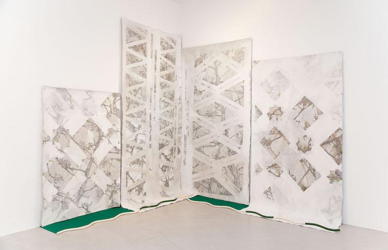 Paula Valdeón Lemus, Un paisaje verde [Un paysage vert], 2020. Graphite et huile sur lin et céramique émaillée, 200 x 450 cm. Photo Paula V. Lemus