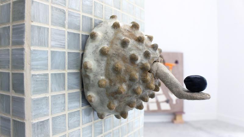 Ellande Jaureguiberry, Sucellus, 2021 (détail) Grès, pâte de verre, encens d'opium, raisin 100 x 100 x 150 cm Lieu : Espace Volaire Crédit : Ayka Lux