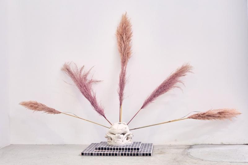 Ellande Jaureguiberry, Pendick, 2021 Grès, pâte de verre, herbe de pampa 50 x 100 x 100 cm Lieu : Espace Volaire Crédit : Ayka Lux