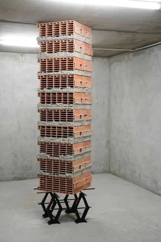 Exposition 5703 newtons on car jacks de Marc Leschelier Le Box, Toulouse
