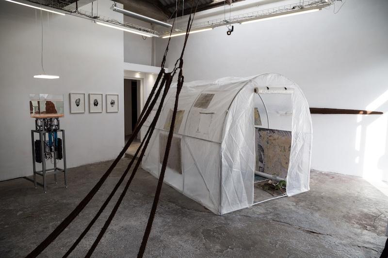 Vue de l'exposition « au milieu des choses au centre de rien #1 », 20 février 2021, CAC La Traverse. © Pauline Brami, Arthur Guespin & emploi fictif