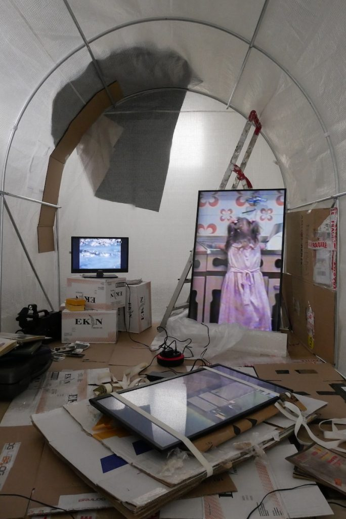 Vue de l'exposition « au milieu des choses au centre de rien #3 », 13 mars 2021, La supérette - centre d'art contemporain de Malakoff. © Talita Otović, Arthur Guespin & emploi fictif